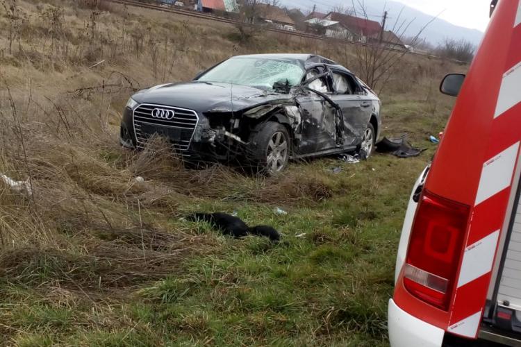 Audi proiectat pe câmp de un autotren care a depășit în curbă - FOTO