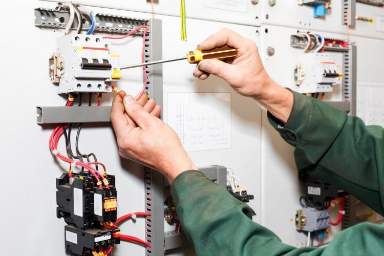 Clujul se adună! Un electrician își oferă serviciile celor care au avarii. GRATUIT!