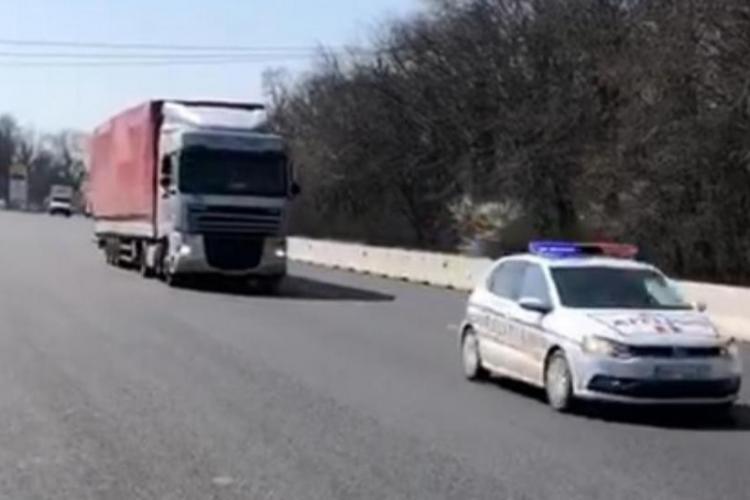 Un TIR plin cu un milion de măști a sosit în România. Vor fi distribuite în spitale