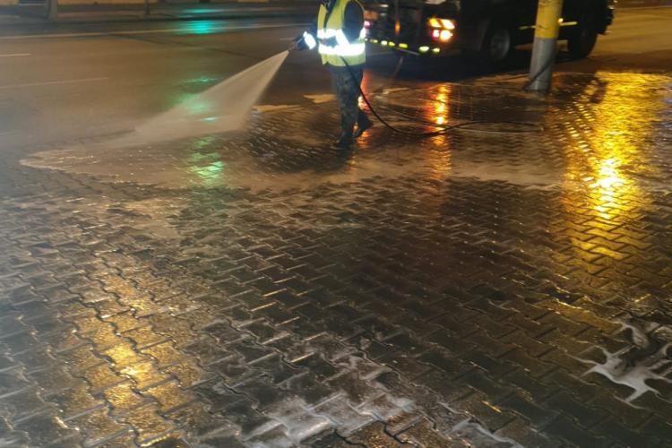 Străzile din Cluj-Napoca sunt spălate și noaptea. Sunt dezinfectate și pubelele de gunoi - FOTO