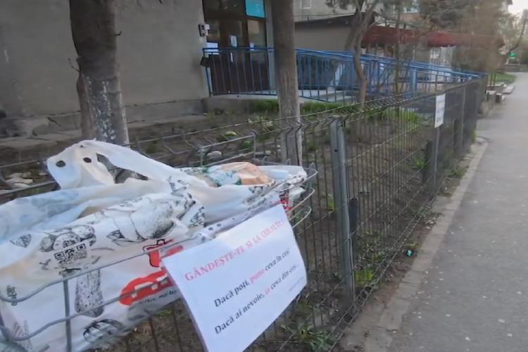 Clujean de ZECE a făcut un coș metalic, unde pune alimente pentru cei care nu au. Surpriză, nimeni nu a vandalizat sau furat nimic - VIDEO