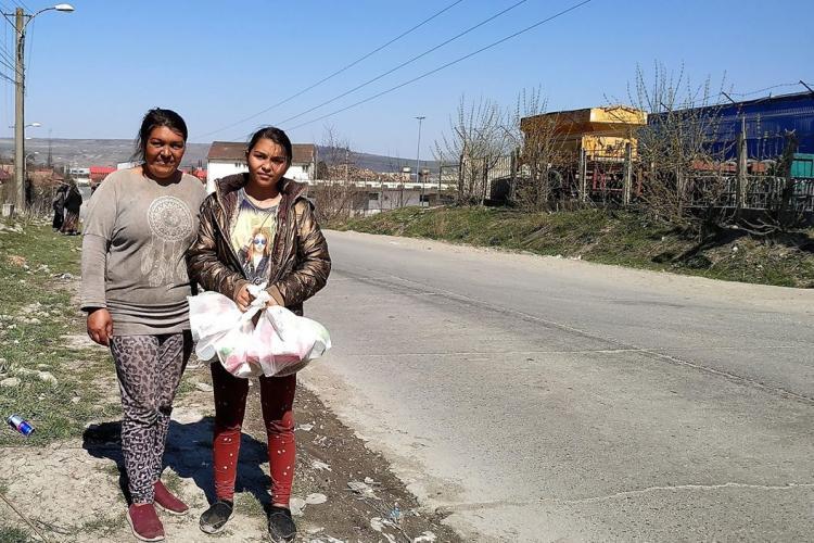 """Oamenii de la Pata Rât au primit pachete cu alimente: """"Ne sunt suficiente pentru astăzi, la toată familia"""""""
