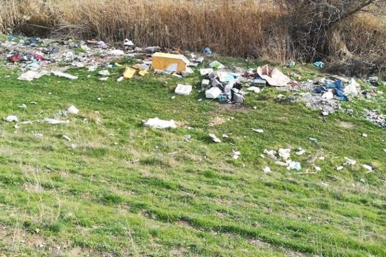 Materiale de construcții, deșeuri și mobilier aruncate pe malul Someșului, la Florești FOTO