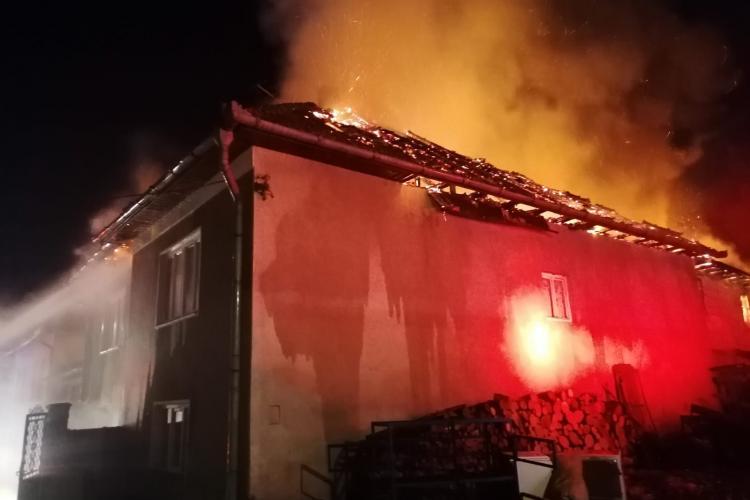 O casă a luat foc în Mera - FOTO