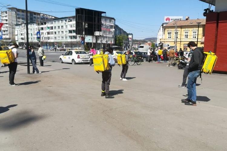 UPDATE Reacția Glovo / Curierii Glovo au făcut grevă în Piața Mihai Viteazu, după ce a fost redus bonusul pe kilometru - FOTO