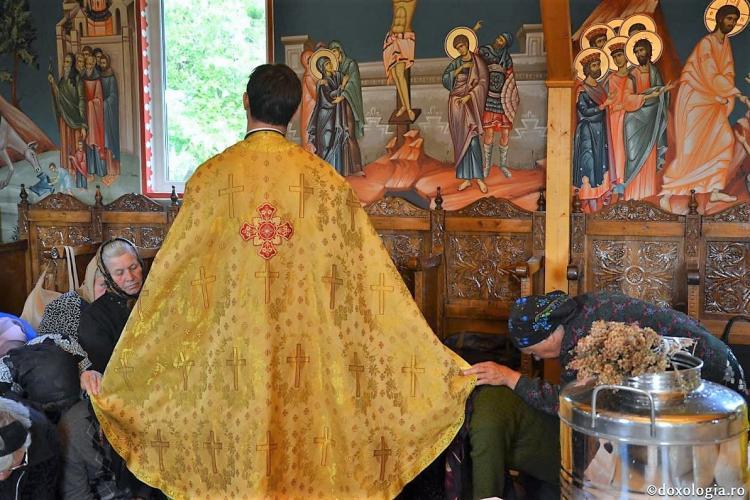 Un preot și un dascăl cu coronavirus s-au dus din casă în casă cum se face pe Paște
