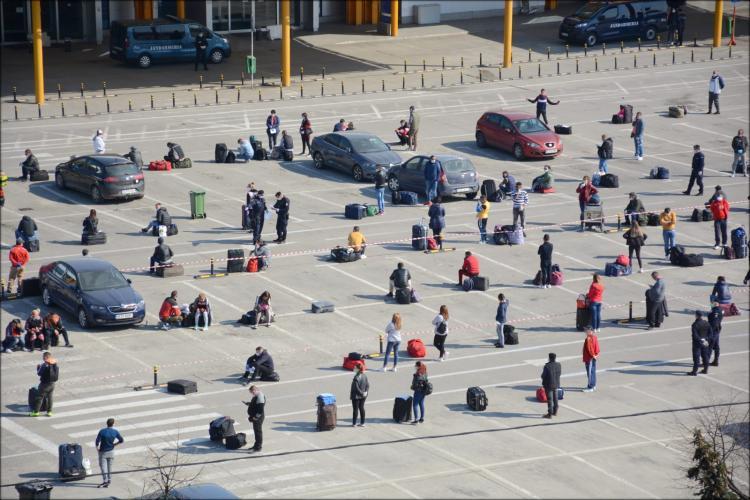 Culmea culmilor! Ieri Poliția nu avea atribuții să facă ordine la Aeroportul Cluj, dar acum e plin de poliție și totul e ordonat - FOTO și VIDEO