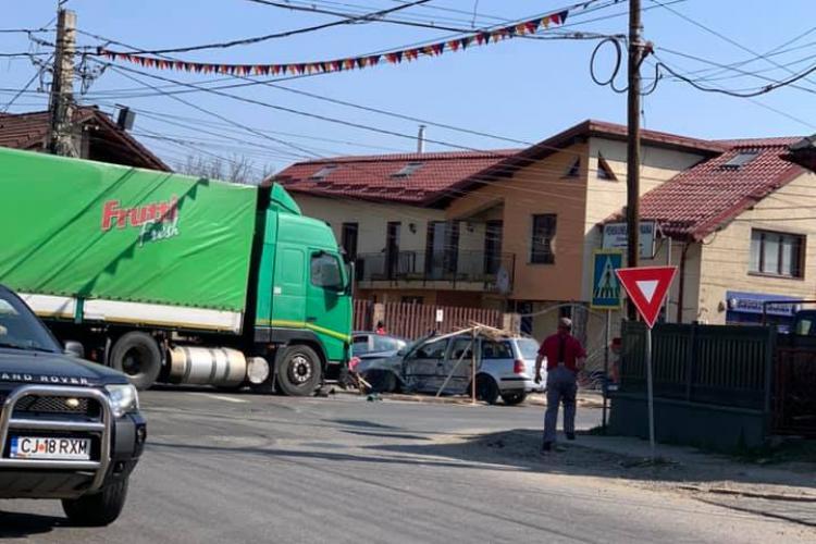 Accident cu o victimă la Gilău. un șofer a intrat cu mașina într-un TIR FOTO