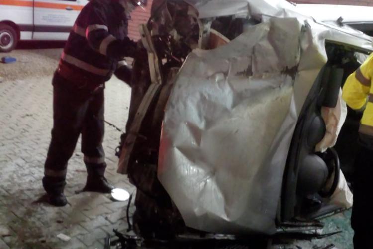 Accident grav la Iclod! Un șofer băut la volan și-a făcut mașina praf după ce a intrat într-un cap de pod FOTO