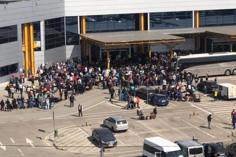 Mii de oameni la Aeroportul Cluj. Pleacă la muncă în Germania - FOTO