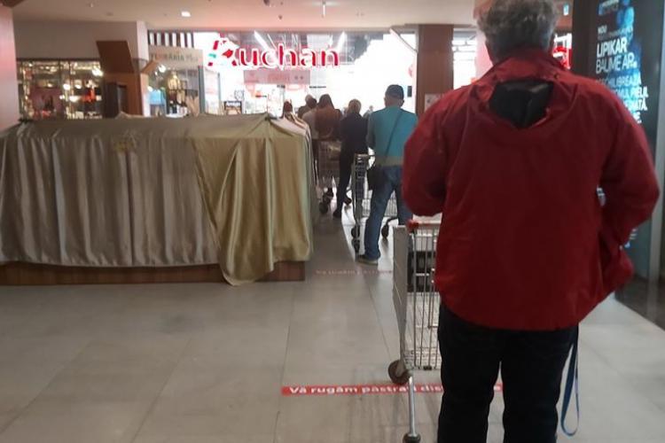 Coadă uriașă la Auchan în Iulius Mall. Foamea e mare la Cluj - FOTO