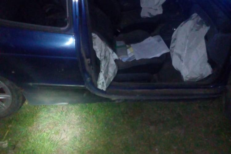 Accident pe un drum din Cluj. Șoferul a fost găsit inconștient, întins pe jos FOTO