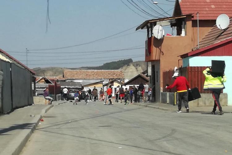 La Turda, romii sunt cu boxele pe stradă! Putem sta noi în casă cât vrem - FOTO