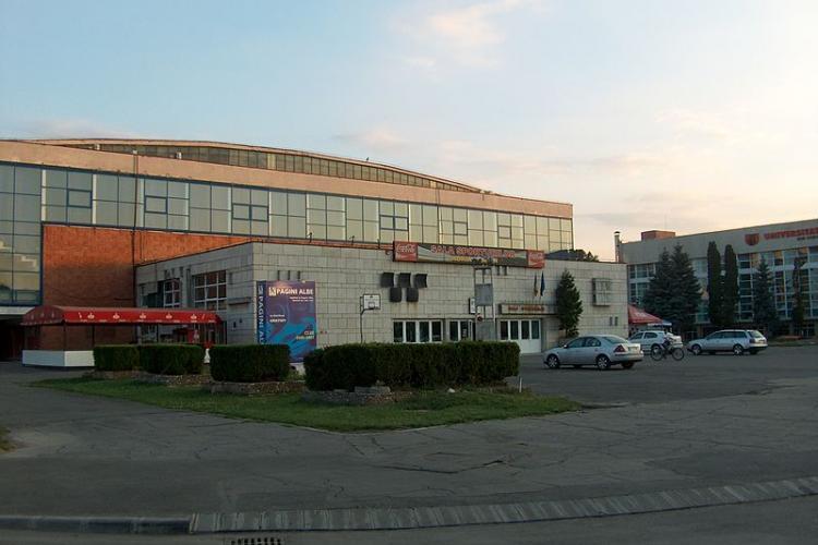700 de români ajunși la Cluj din zone roșii numai azi-noapte. Se plâng de mizeria din Sala Sporturilor pe care tot ei au făcut-o