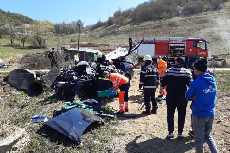 CLUJ: Șofer de 18 ani a ajuns în stare gravă la spital în urma unui accident. Și-a făcut mașina PRAF FOTO
