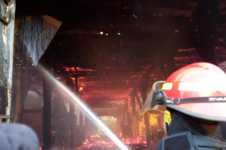 Incendiu de mari proporții la un depozit din Răscruci FOTO