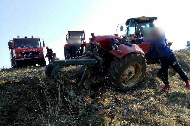 Tractor răsturnat peste un bărbat la Săliștea Nouă - FOTO