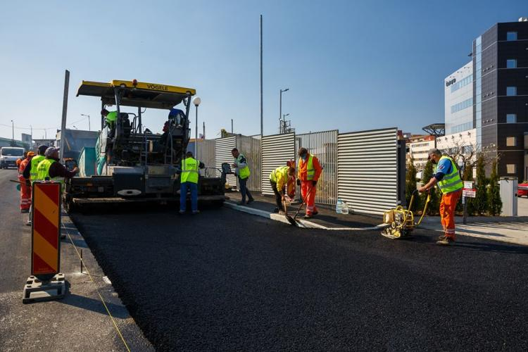 A început turnarea ultimului strat de asfalt pe strada Bună Ziua FOTO