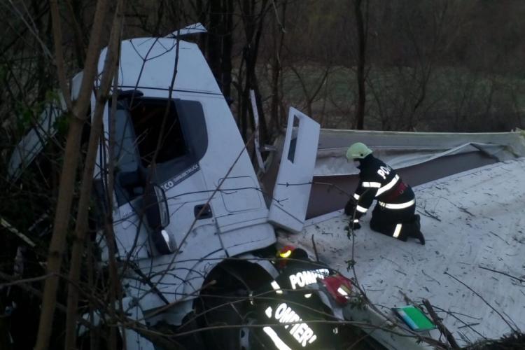 TIR plin cu carcase de porc, răsturnat pe un drum din Cluj FOTO