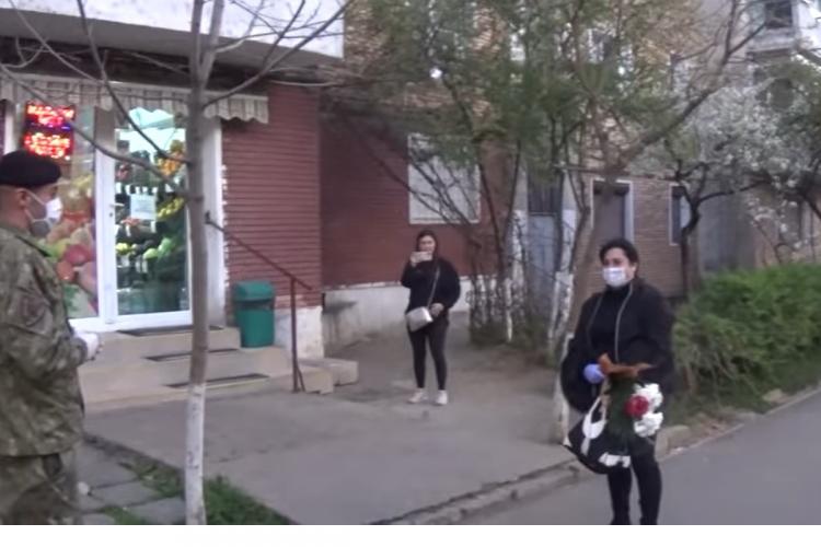 Asistenta din Galați, hărțuită de vecini, așteptată cu flori din partea Armatei. Și-au cerut scuze în numele tuturor VIDEO