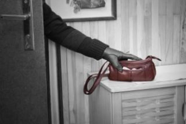 Hoț reținut de polițiștii clujeni după ce a furat un portofel plin de bani dintr-un magazin