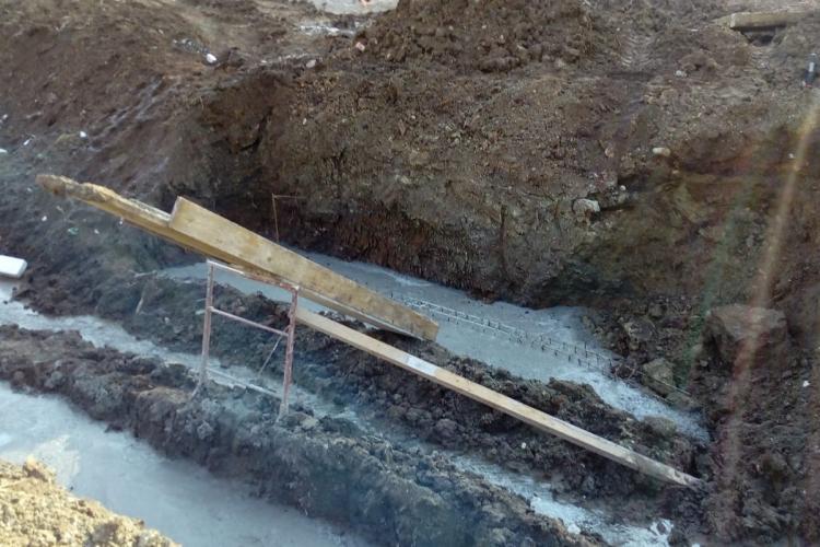 Amendă de 10.000 de lei pentru un clujean care și-a turnat plăci de beton pe albia râului FOTO