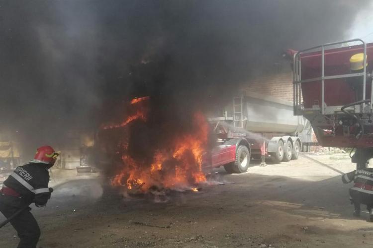 La un pas de dezastru în Dej! Un camion a luat foc lângă un rezervor de 10 tone de motorină FOTO