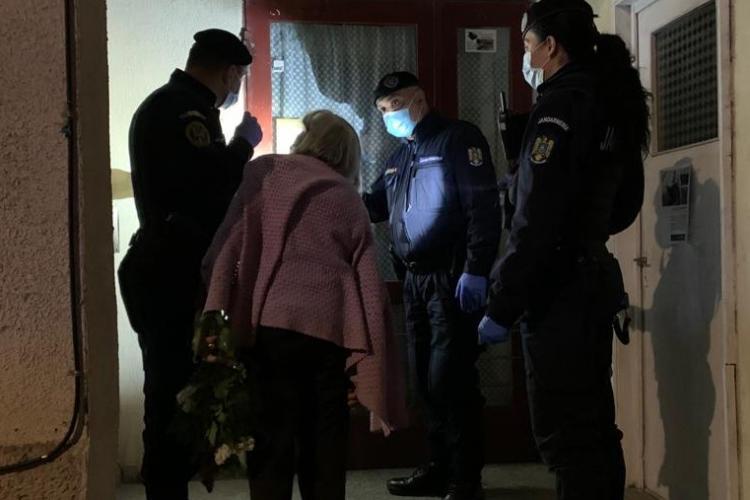 Gest de omenie la Cluj! Bătrânică pierdută pe stradă, dusă acasă în siguranță de jandarmi FOTO