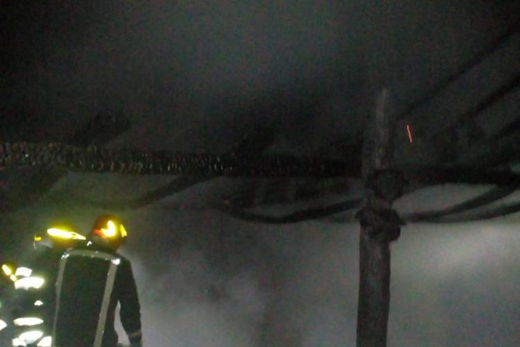 Cluj: Grajd mistuit de flăcări. Incendiul a fost pornit intenționat FOTO