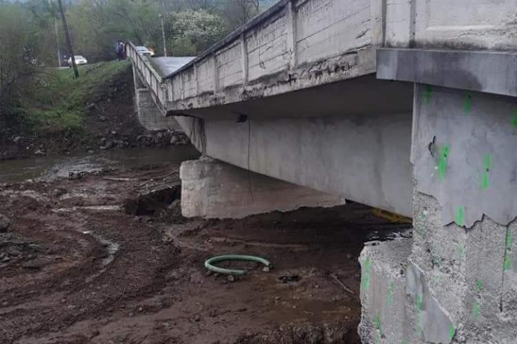 Podul prăbușit la Valea Drăganului reparat din bani publici! Nimeni nu își asumă vina: Vedem dacă ploile l-au afectat