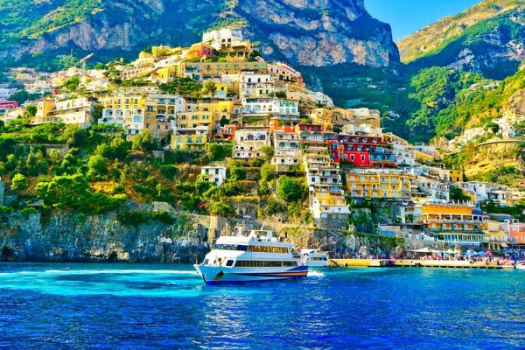 O zonă din Europa îi plătește cash pe toți turiștii care vin la vară