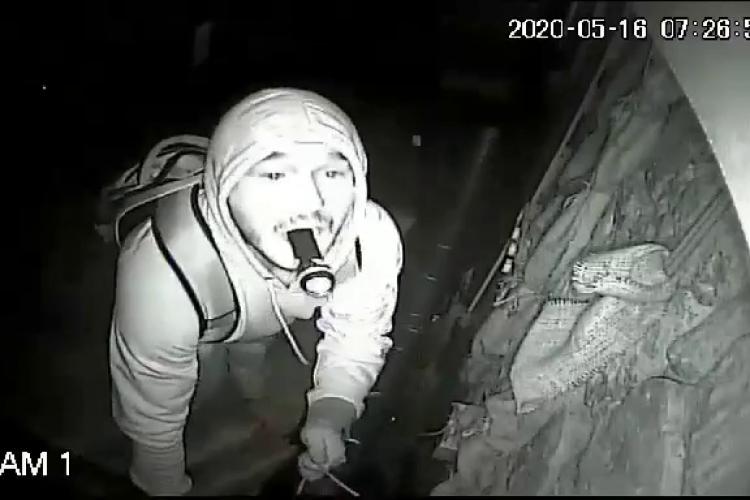 """Cluj: Cel mai nepriceput spărgător, filmat când încerca să """"taie"""" camerele de filmat - VIDEO"""