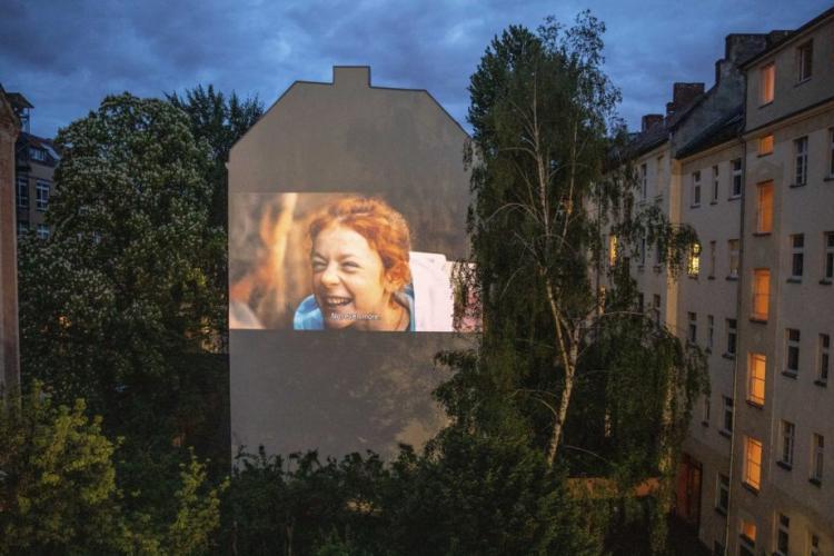 Filme proiectate pe clădiri în Berlin, în perioada de pandemie. Se poate așa ceva și la Cluj?