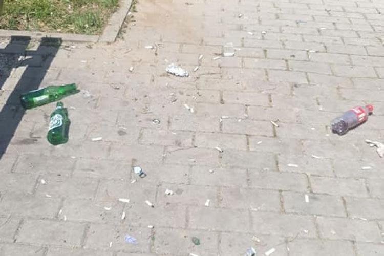 Coji de semințe și sticle de bere într-un parc din Florești. Nesimțiții nu știu ce e un coș de gunoi - FOTO