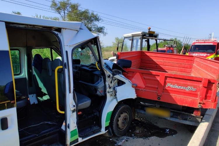 Microbuz plin cu oameni implicat într-un accident pe un drum din Cluj. Două persoane au fost rănite FOTO