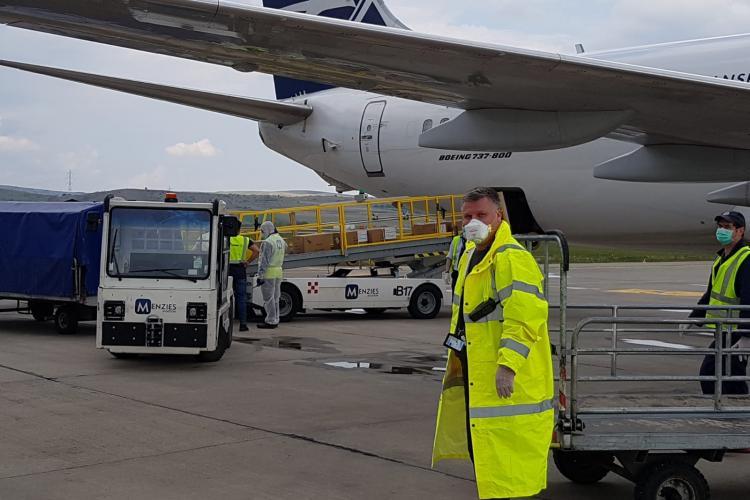 CLUJ: A sosit primul transport cu echipamente de protecție din China FOTO/VIDEO