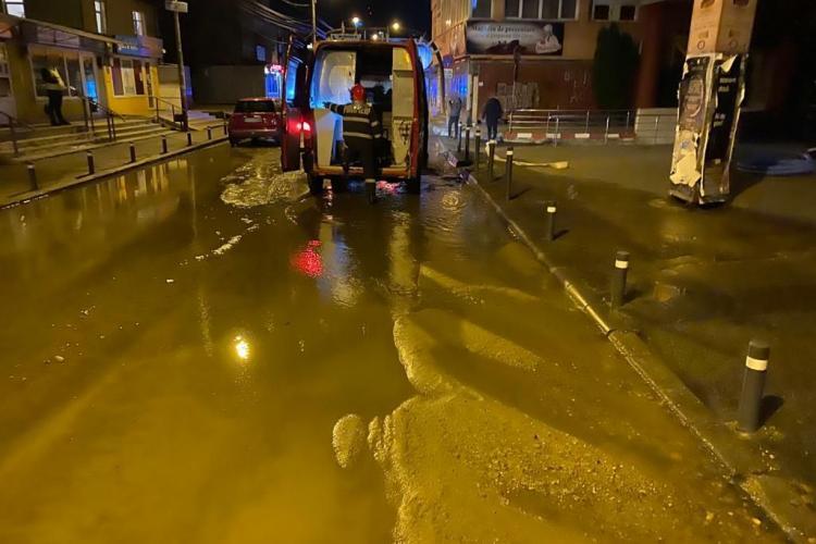 Parking inundat in centrul Clujului, după ce s-a spart conducta de apă pe stradă FOTO