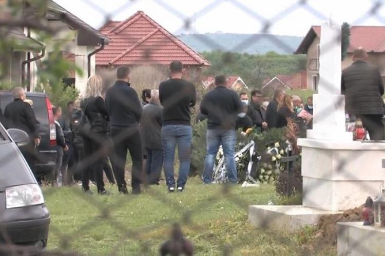 Zeci de procurori, judecători, grefieri și avocați, prezenți la o înmormântare, în ciuda ordonanței de urgență
