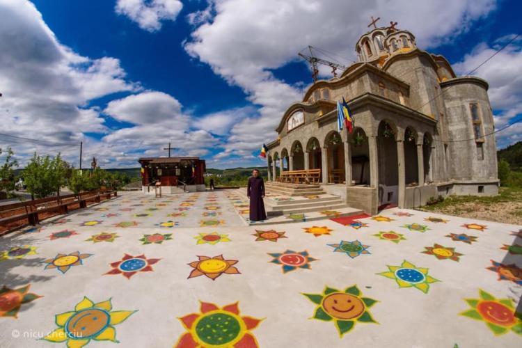 Preotul Marțiș din Florești și-a pictat curtea bisericii cu flori, pentru a respecta distanța socială - FOTO