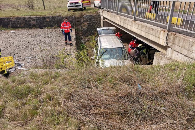 Accident cu două victime pe un drum din Cluj. Un șofer a căzut cu mașina de la câțiva metri înălțime FOTO