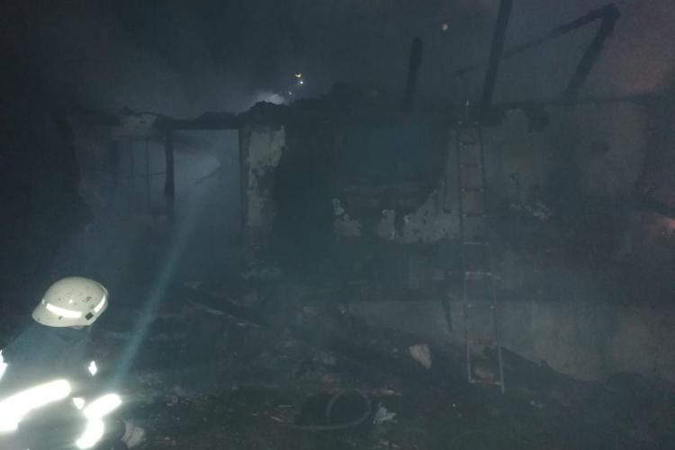 CLUJ: Incendiu la o gospodărie. O casă a fost făcută scrum, iar o femeie a ajuns la spital FOTO