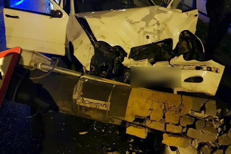 Accident la primele ore ale dimineții pe strada Oașului. Un șofer a doborât un stâlp FOTO