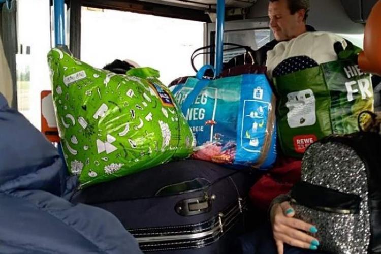 Clujeni transportați ca animalele din Germania până casă! Aici au intrat direct în carantină - FOTO