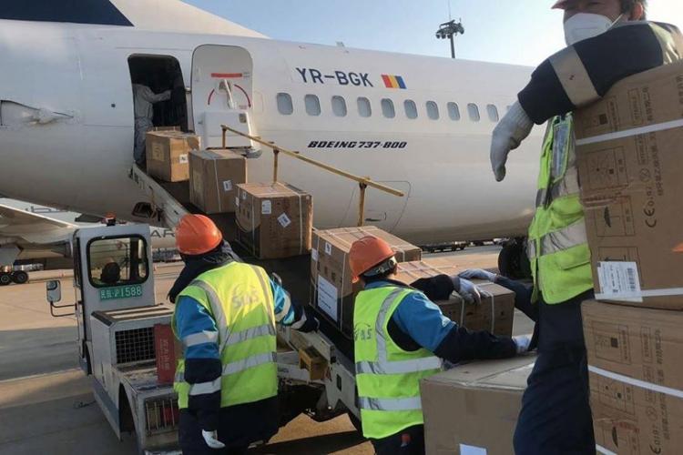 Un avion plin cu echipamente de protecție pentru cadrele medicale vine de la Shanghai la Cluj FOTO