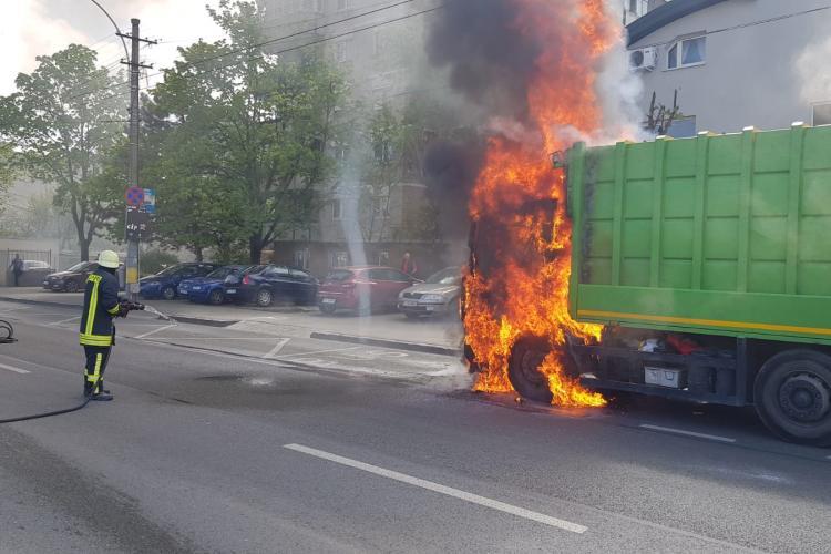 Mașină de gunoi cuprinsă de flăcări în plină stradă la Cluj FOTO