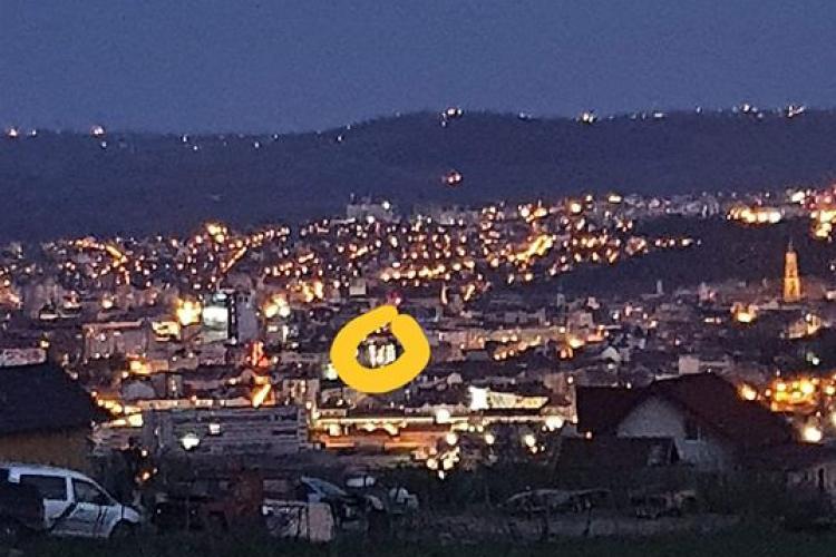 Poveste de Covid la Cluj! Îi trimite semnale luminoase tatălui, aflat în spital, prin proiector - FOTO