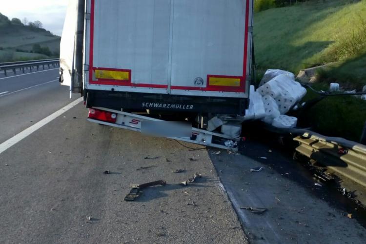 Accident pe Autostrada Transilvania! Un TIR cu role de hârtie de bucătărie a derapat - VIDEO