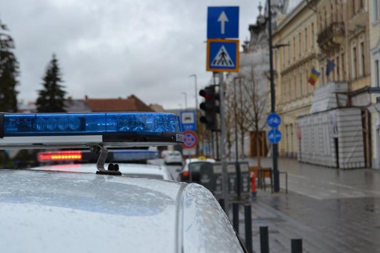 CLUJ: Urmărire în trafic terminată cu scandal! Mai mulți bărbați i-au amenințat pe polițiști