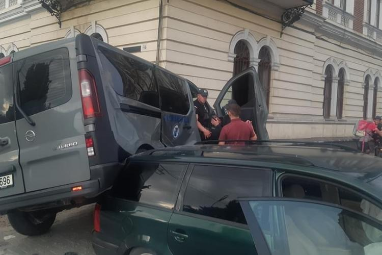 Cluj: Patru oameni duși la spital, după ce o dubă de la Jandarmerie a fost lovită în Piața Avram Iancu - FOTO