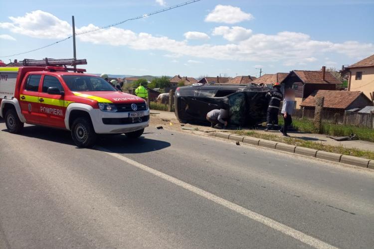 Accident cu două victime la Apahida. O mașină s-a răsturnat pe marginea șoselei FOTO/VIDEO